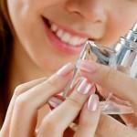 Para elegir un perfume, ¿me conviene probar en la piel o en un cartoncito?