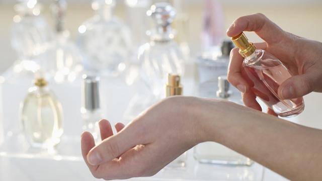 ¿Cuánto tiempo espero para sentir realmente cómo queda un perfume en mi piel?